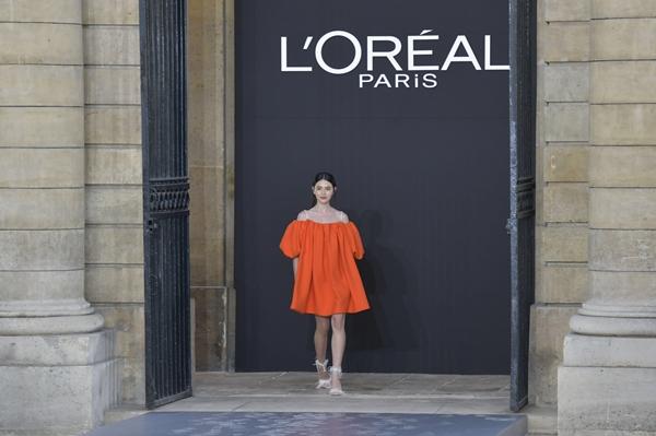 ฟาดทุกรันเวย์! ใหม่ ดาวิกา โฮร์เน่ Spokesperson ลอรีอัล ปารีส เมคอัพ สะกดทุกสายตา ที่งาน Paris Fashion Week 2019