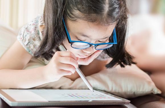 พ่อแม่ต้องใส่ใจ!! อันตรายของแสงสีน้ำเงิน มีผลต่อสุขภาพตาของเด็กยุคดิจิทัล