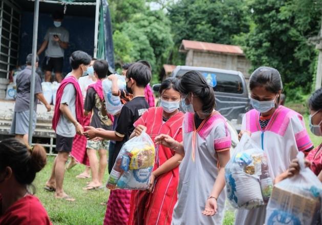 มูลนิธิมังกรฟ้า มอบสิ่งของในการช่วยเหลือหมู่บ้านป่าผาก สุพรรณบุรี กรณีภัยพิบัติจากพายุหนัก